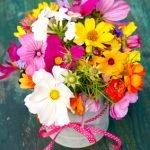 Wie werden Blumen in einer Vase arrangiert?